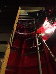 Es geht in das Innerste der Anlage, hinauf bis zur Wartungsplattform.