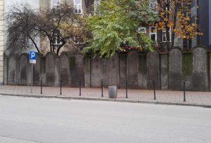 Überreste der Ghettomauer. Die Bauform mit den Rundbögen sollte jüdischen Grabsteinen ähneln, und auf den nahenden Tod hinweisen.